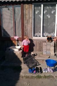 Waschtag im Kinderdorf, auch die Schuhe sind mal dran.